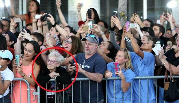 anciana y gente con smartphone 1